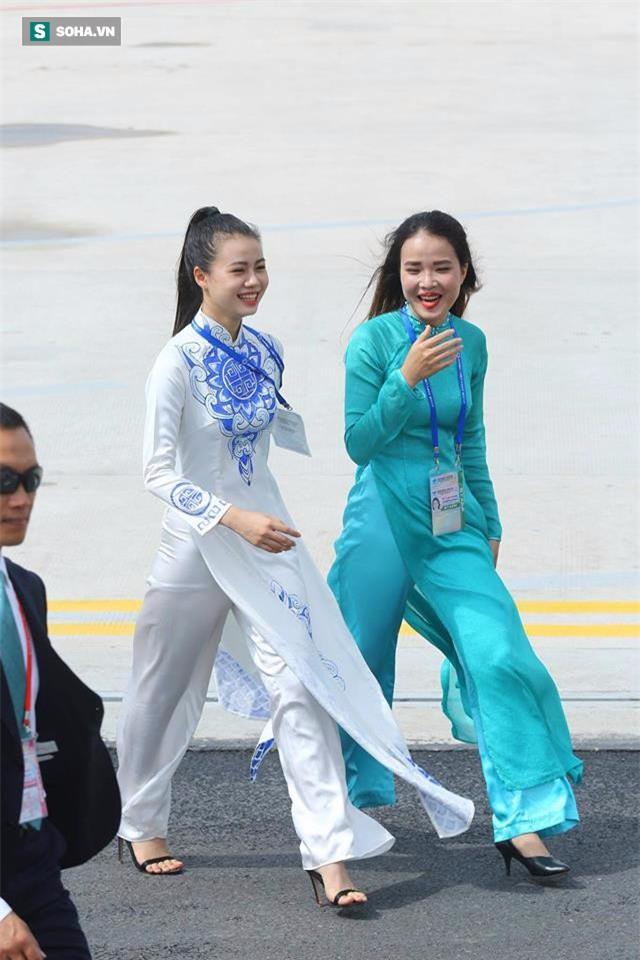Được tặng hoa cho Thủ tướng Lý Hiển Long, đây là cô gái hot nhất MXH sáng nay - Ảnh 4.