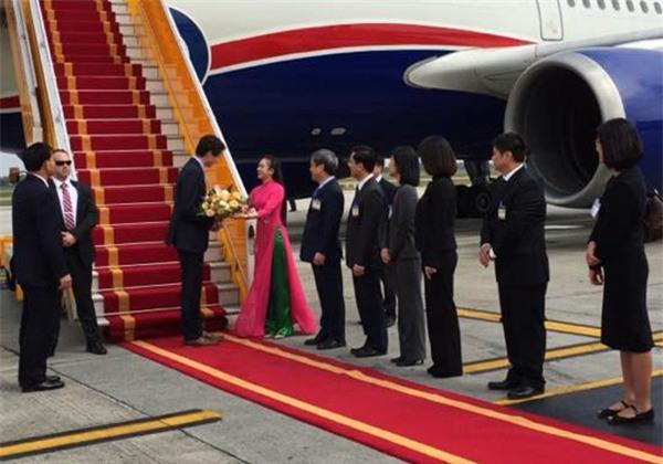 Được tặng hoa cho Thủ tướng Lý Hiển Long, đây là cô gái hot nhất MXH sáng nay - Ảnh 6.
