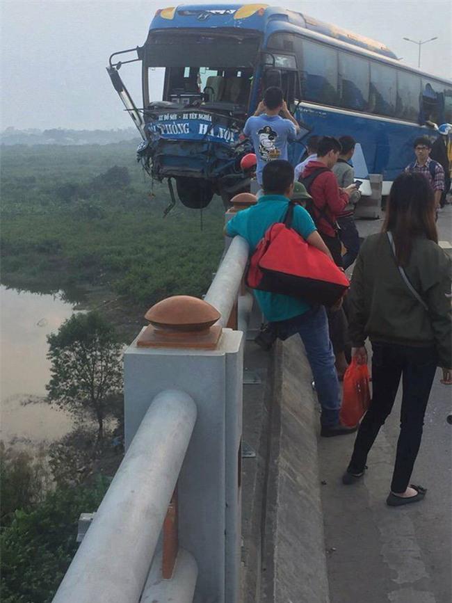 Clip hiện trường vụ tai nạn khiến xe khách suýt nữa lao xuống sông Hồng trên cầu Thanh Trì - Ảnh 2.