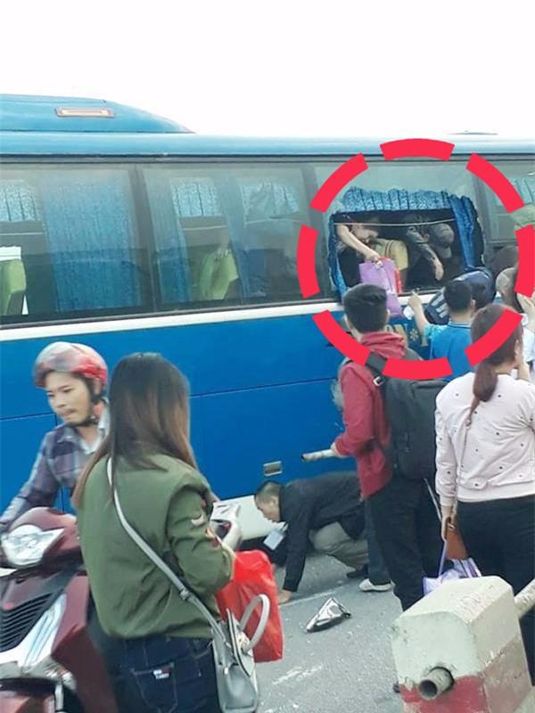 Clip hiện trường vụ tai nạn khiến xe khách suýt nữa lao xuống sông Hồng trên cầu Thanh Trì - Ảnh 3.
