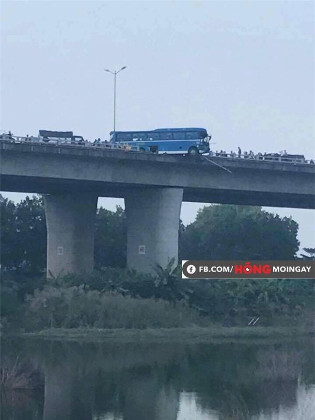 Clip hiện trường vụ tai nạn khiến xe khách suýt nữa lao xuống sông Hồng trên cầu Thanh Trì - Ảnh 4.