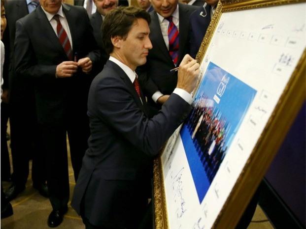Đi công du tới đâu, Thủ tướng Justin Trudeau cũng phong thái ngời ngời, thu hút mọi ánh nhìn từ mọi người - Ảnh 2.