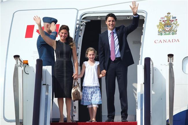 Đi công du tới đâu, Thủ tướng Justin Trudeau cũng phong thái ngời ngời, thu hút mọi ánh nhìn từ mọi người - Ảnh 4.