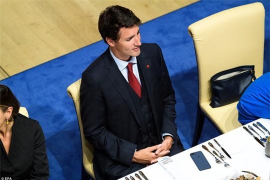 Đi công du tới đâu, Thủ tướng Justin Trudeau cũng phong thái ngời ngời, thu hút mọi ánh nhìn từ mọi người - Ảnh 7.
