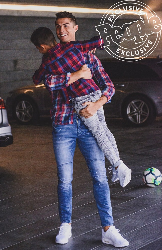 Con trai Ronaldo tạo dáng chuyên nghiệp trong lần đầu làm người mẫu - Ảnh 1.