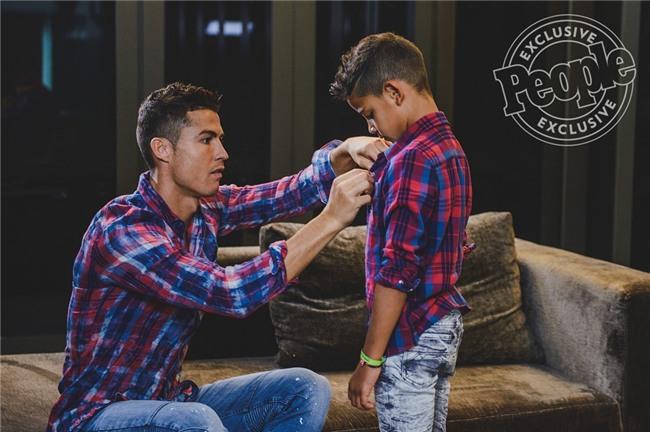 Con trai Ronaldo tạo dáng chuyên nghiệp trong lần đầu làm người mẫu - Ảnh 3.