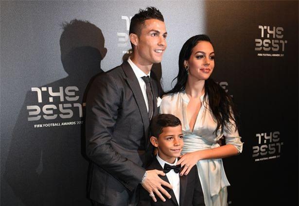 Con trai Ronaldo tạo dáng chuyên nghiệp trong lần đầu làm người mẫu - Ảnh 7.