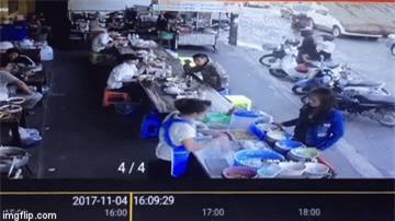 Không xin được túi nilon lớn, cô gái trẻ hất cả túi bún nóng lên người bán hàng rồi ngoảnh mặt quay đi - Ảnh 2.