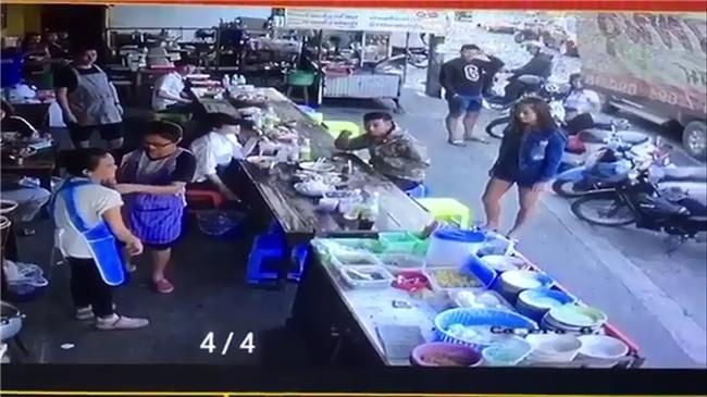 Không xin được túi nilon lớn, cô gái trẻ hất cả túi bún nóng lên người bán hàng rồi ngoảnh mặt quay đi - Ảnh 3.