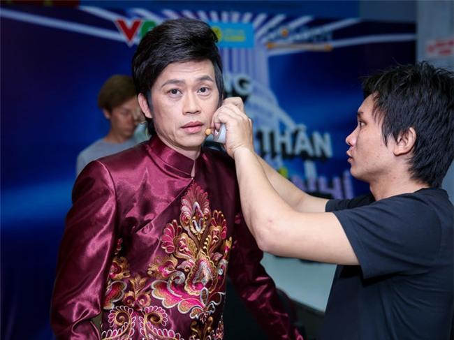Danh hài Hoài Linh trong hậu trường một chương trình truyền hình tối 10/11. - Tin sao Viet - Tin tuc sao Viet - Scandal sao Viet - Tin tuc cua Sao - Tin cua Sao