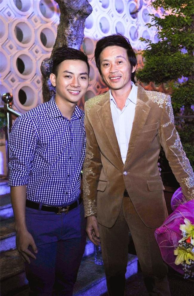 Hoài Lâm đã đi theo Hoài Linh từ năm 13 tuổi và được nam danh hài rèn giũa, định hướng con đường tham gia nghệ thuật. - Tin sao Viet - Tin tuc sao Viet - Scandal sao Viet - Tin tuc cua Sao - Tin cua Sao