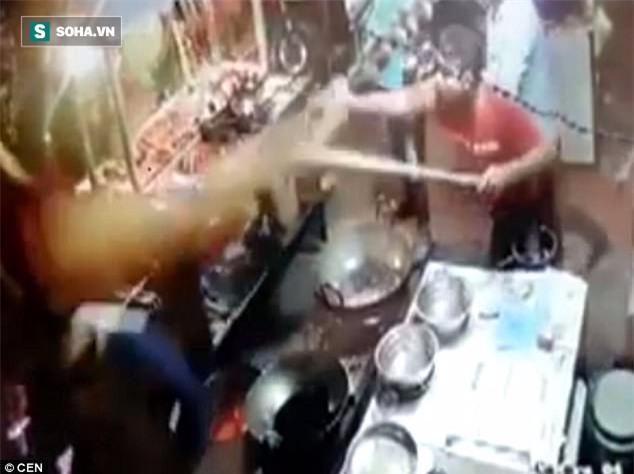 Clip: Tranh cãi về hóa đơn, khách hàng bị đầu bếp tạt dầu nóng thẳng vào người - Ảnh 1.