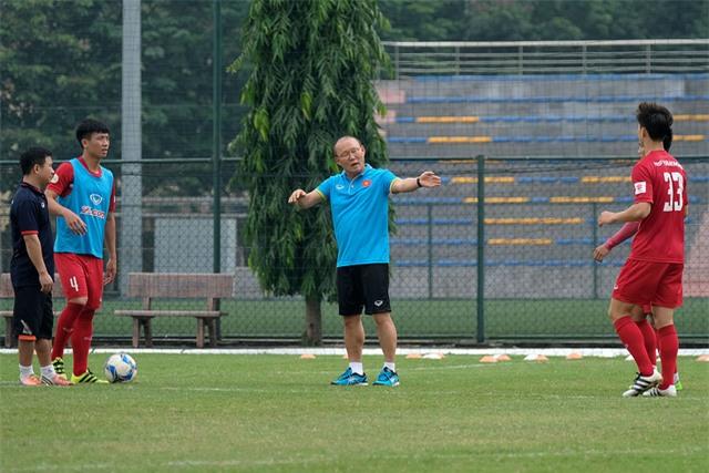 HLV Park Hang Seo hướng dẫn các cầu thủ trên sân tập (ảnh: Gia Hưng)