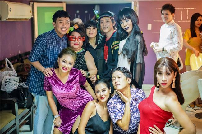 Hoai Linh an voi trong hau truong live show Kieu Minh Tuan hinh anh 12