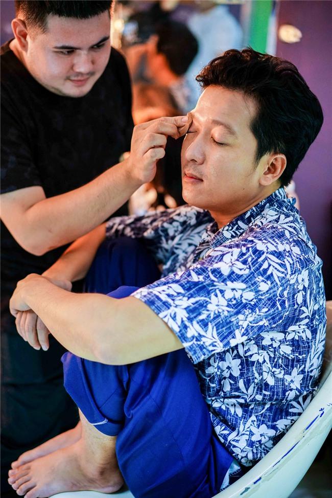 Hoai Linh an voi trong hau truong live show Kieu Minh Tuan hinh anh 3