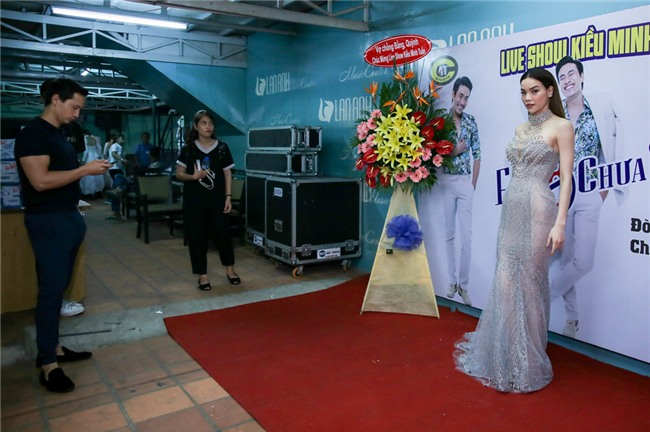 Hoai Linh an voi trong hau truong live show Kieu Minh Tuan hinh anh 8