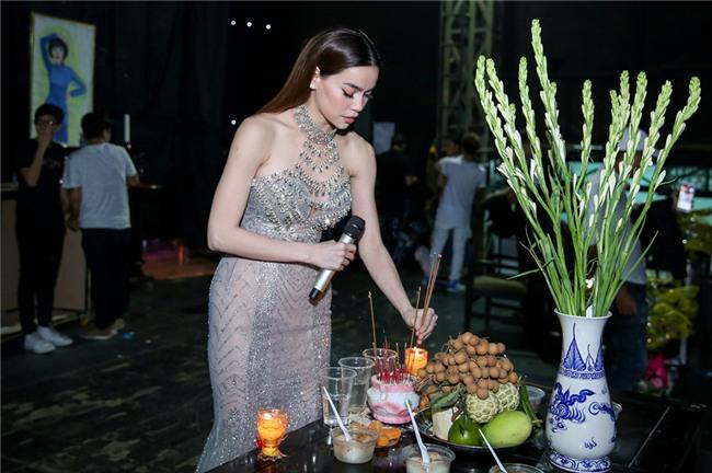 Hoai Linh an voi trong hau truong live show Kieu Minh Tuan hinh anh 9