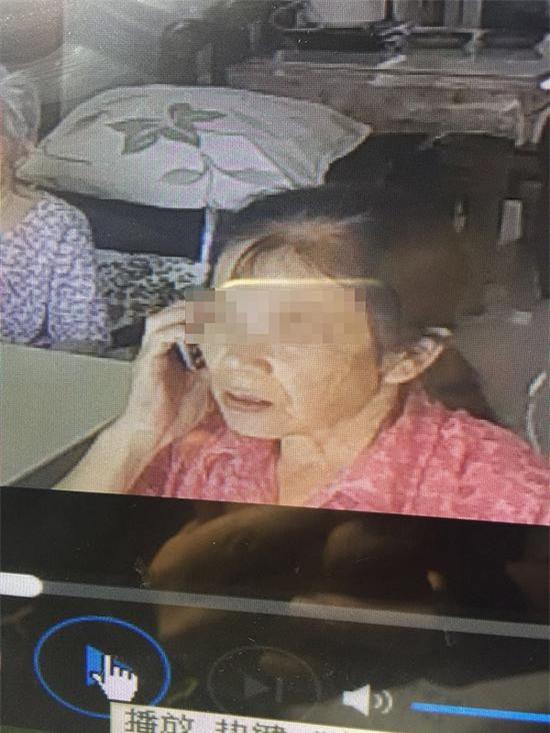 Con gái đau lòng phát hiện mẹ già 93 tuổi bị người giúp việc ngược đãi dã man - Ảnh 1.