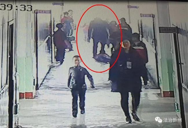 Bé trai 9 tuổi bị bố của bạn cùng lớp đánh đến mù 1 mắt ngay tại trường học - Ảnh 1.