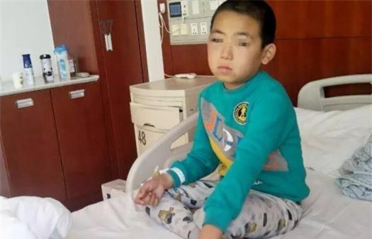 Bé trai 9 tuổi bị bố của bạn cùng lớp đánh đến mù 1 mắt ngay tại trường học - Ảnh 2.