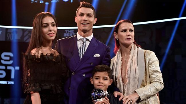 Ban gai Ronaldo ha sinh be gai hinh anh 3