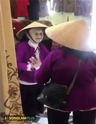 Bật cười với đoạn video cụ bà 103 tuổi tự nói chuyện với mình trong gương nhưng rồi ai cũng lại cảm thấy xúc động, xót xa - Ảnh 2.