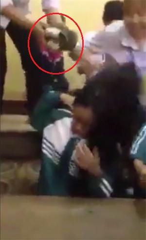 Yên Bái: Nữ sinh lớp 10 bị nhóm bạn đánh hội đồng dã man, nhiều học sinh chỉ đứng nhìn không can ngăn - Ảnh 1.