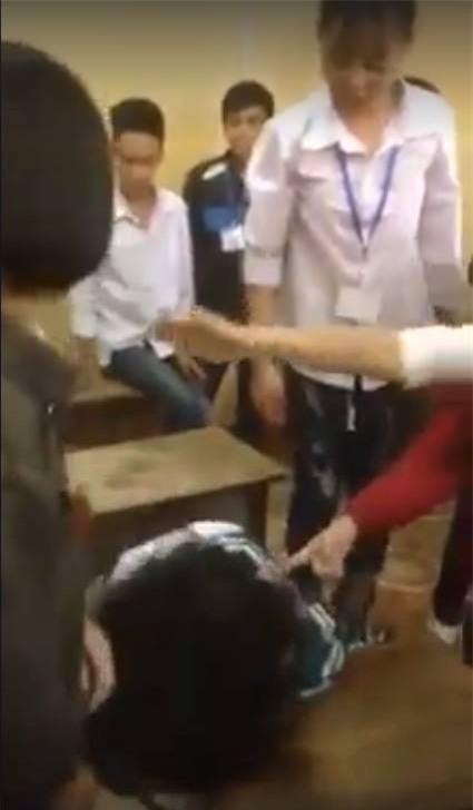 Yên Bái: Nữ sinh lớp 10 bị nhóm bạn đánh hội đồng dã man, nhiều học sinh chỉ đứng nhìn không can ngăn - Ảnh 2.