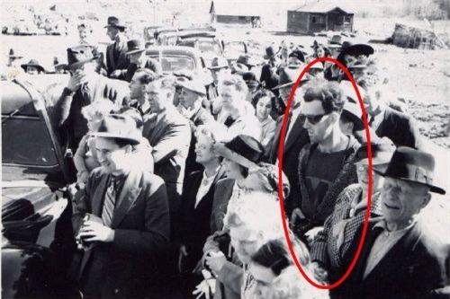 Sự thực phía sau bức ảnh xuyên không nổi tiếng: Mặc áo thể thao, đeo kính râm, cầm máy ảnh cơ vào năm 1941! - Ảnh 1.