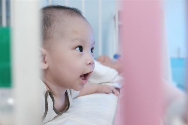 Bé trai bị vứt ở lề đường, kiến lửa bò đầy miệng, 7 tháng trời nằm trong bệnh viện ở Sài Gòn - Ảnh 2.