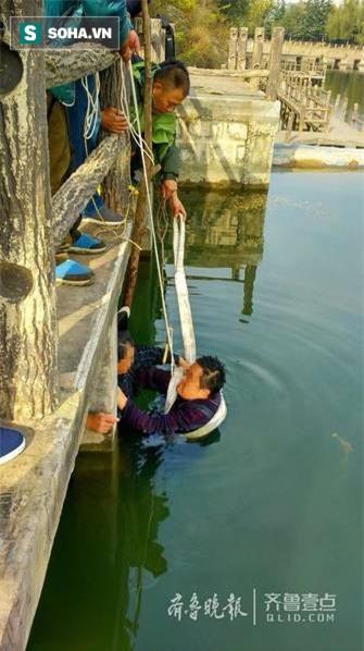 Người đàn ông nặng hơn 1 tạ ngã xuống hồ, cha già ngâm mình dưới nước đỡ con suốt 20 phút - Ảnh 1.