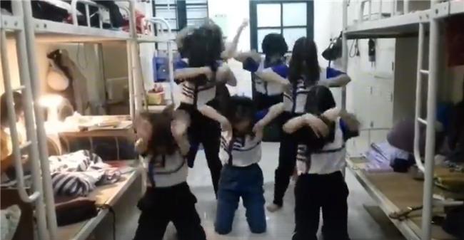 Clip: Nữ sinh ĐH Quốc gia Hà Nội quẩy tưng bừng khi qua môn giữa kỳ Thể dục
