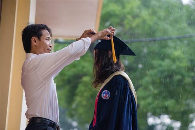 Bố nắm tay con gái trong mưa, bộ ảnh độc và xúc động nhất mùa kỷ yếu năm nay-1