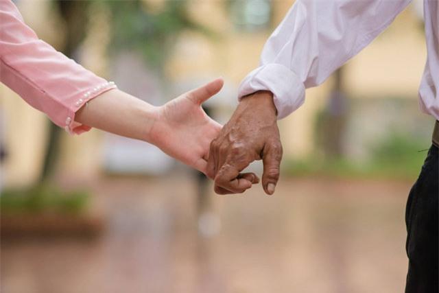 Bố nắm tay con gái trong mưa, bộ ảnh độc và xúc động nhất mùa kỷ yếu năm nay-4