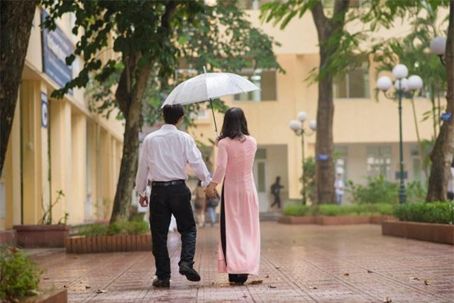 Bố nắm tay con gái trong mưa, bộ ảnh độc và xúc động nhất mùa kỷ yếu năm nay-5