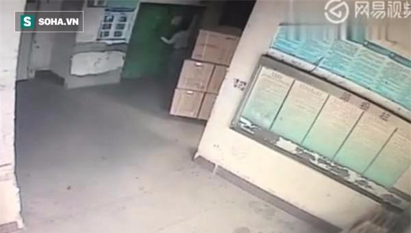 Vừa bước vào thang máy, nhân viên giao hàng rơi thẳng xuống hố sâu 5m - Ảnh 1.