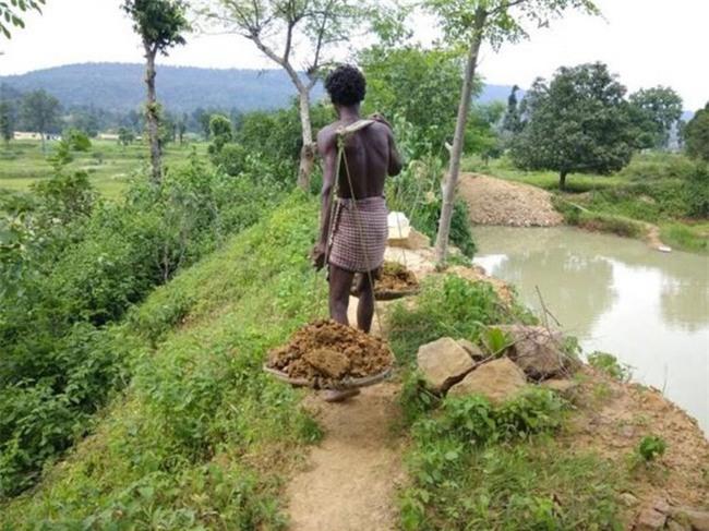 Dân làng bật cười khi thấy cậu bé cặm cụi đào đất, 27 năm sau ai nấy đều phải thán phục - Ảnh 2.