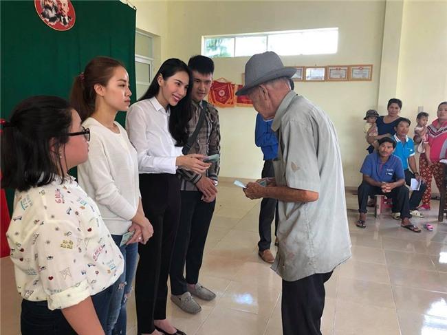 Thủy Tiên quyên góp hơn nửa tỷ đồng, cùng Công Vinh tới Phú Yên để trao cho đồng bào vùng lũ - Ảnh 3.