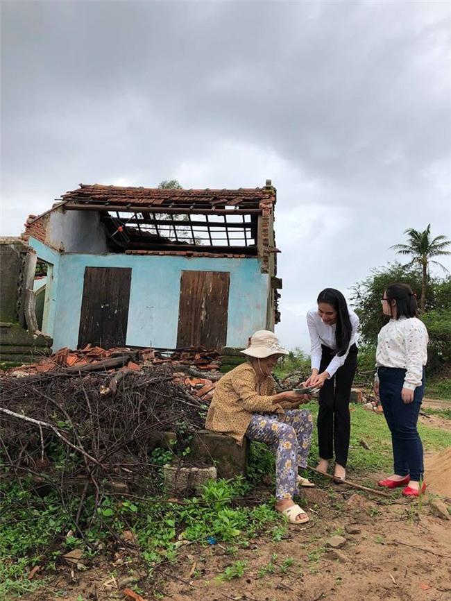 Thủy Tiên quyên góp hơn nửa tỷ đồng, cùng Công Vinh tới Phú Yên để trao cho đồng bào vùng lũ - Ảnh 7.