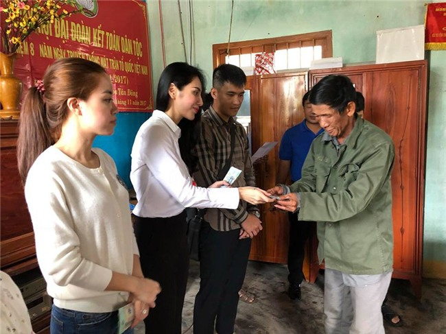 Thủy Tiên quyên góp hơn nửa tỷ đồng, cùng Công Vinh tới Phú Yên để trao cho đồng bào vùng lũ - Ảnh 8.