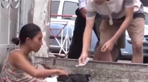 "tiet lo bat ngo ve doi nam nu trong clip ""chan dat"" tre truoc cong bv lay tien tiem chich - 1"