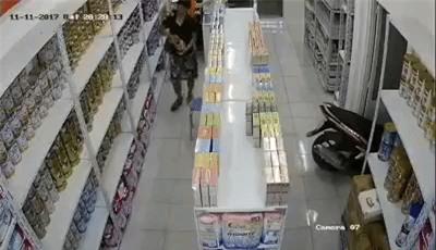 Clip: Hai người đàn ông ăn trộm sữa bột tại một cửa hàng ở Sài Gòn theo cách không ai ngờ - Ảnh 3.