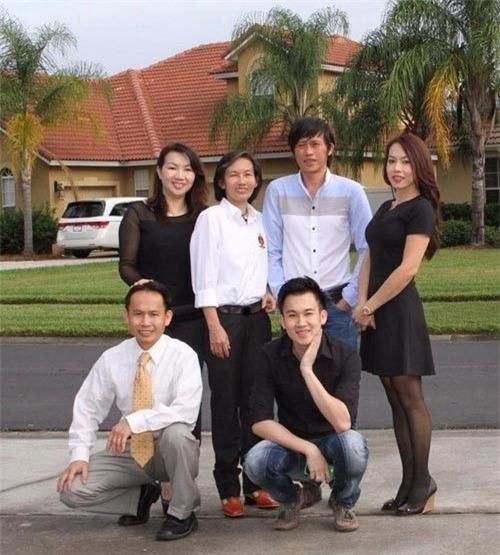 Các anh chị em nhà Hoài Linh sum họp sau 20 năm định cư ở Mỹ. Gia đình Hoài Linh có 6 anh chị em: ba trai, ba gái. Hoài Linh là con thứ 3 và là con trai trưởng trong gia đình. Gia đình Hoài Linh sang Mỹ định cư từ những năm 1995 nhưng do cuộc sống mưu sinh nên mỗi người ở một nơi và ít có thời gian gặp nhau. Nhưng dù ở bất cứ đâu họ vẫn luôn yêu thương và quan tâm đến nhau. Chính vì vậy khi nhìn thấy những bức ảnh sum họp đủ 6 anh chị em của Hoài Linh và Dương Triệu Vũ,nhiều người rất ngưỡng mộ trước hạnh phúc của gia đình nghệ sĩ. - Tin sao Viet - Tin tuc sao Viet - Scandal sao Viet - Tin tuc cua Sao - Tin cua Sao
