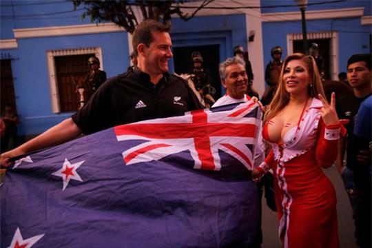 Người đẹp khoe ngực khủng mừng Peru dự World Cup - Ảnh 3.