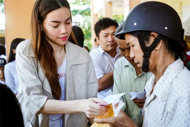 Hồ Ngọc Hà cùng mẹ về miền Trung hỗ trợ bà con sau bão Damrey - Ảnh 10.