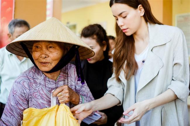 Hồ Ngọc Hà cùng mẹ về miền Trung hỗ trợ bà con sau bão Damrey - Ảnh 11.