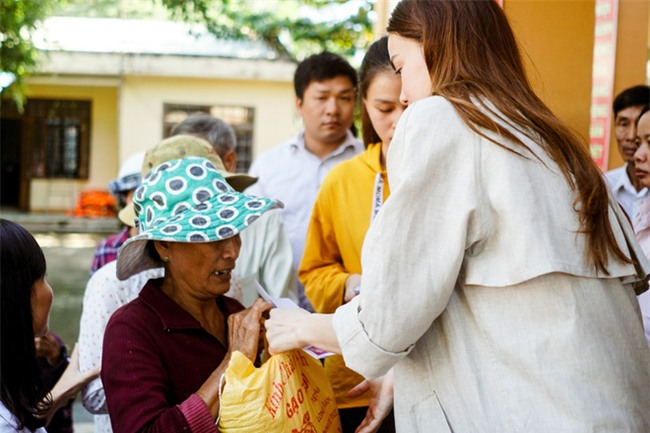 Hồ Ngọc Hà cùng mẹ về miền Trung hỗ trợ bà con sau bão Damrey - Ảnh 13.