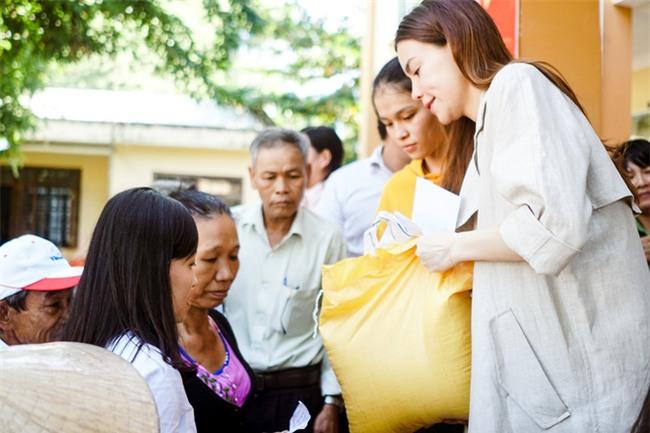 Hồ Ngọc Hà cùng mẹ về miền Trung hỗ trợ bà con sau bão Damrey - Ảnh 14.