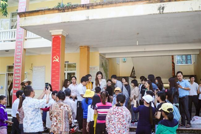 Hồ Ngọc Hà cùng mẹ về miền Trung hỗ trợ bà con sau bão Damrey - Ảnh 20.