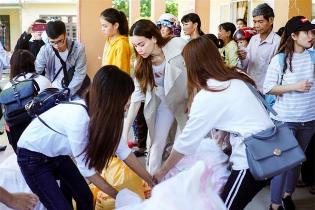 Hồ Ngọc Hà cùng mẹ về miền Trung hỗ trợ bà con sau bão Damrey - Ảnh 2.